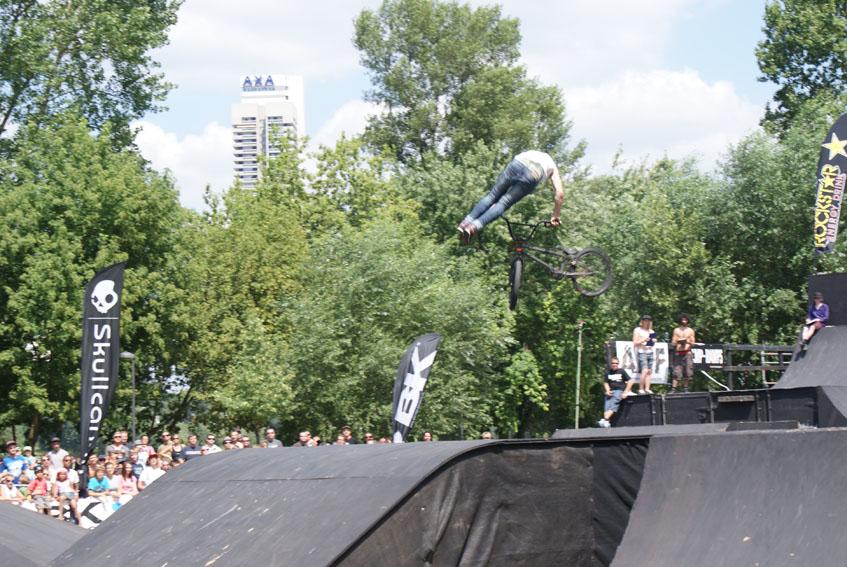 "360 no footer can can tailwhip - Rafał ""Skejcik"" Kierc"