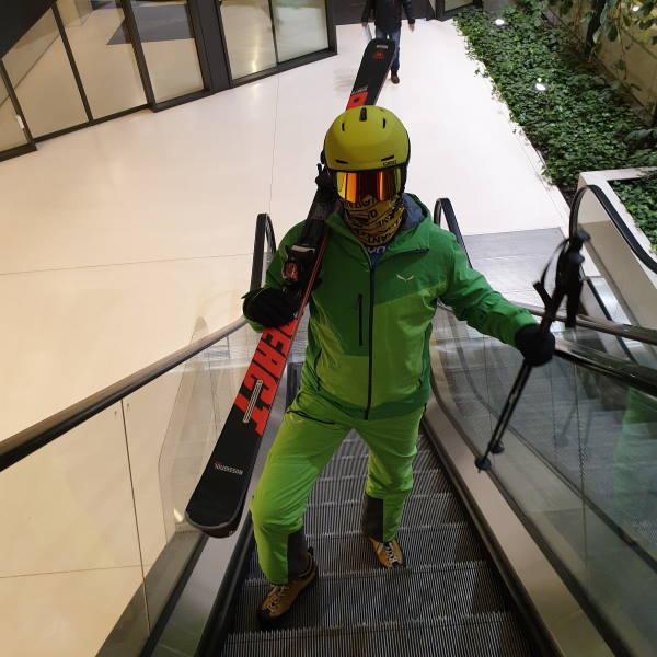 Narciarze i snowboarderzy w galeriach handlowych