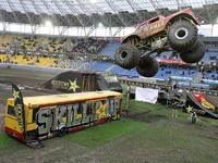 Monster Truck - skok nad autobusem