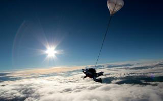 Skoki spadochronowe w tandemie – adrenalina buzuje!
