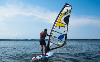 Dlaczego kamizelka asekuracyjna do uprawiania windsurfingu lub kitesurfingu to nie tylko zbędny balast?